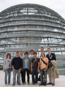 Die Göppinger Jusos vor der Reichstagskuppel.
