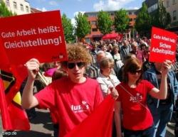 Gleichstellung und sichere Arbeitspl. - das waren nur 2 Forderungen bei der DGB-Kundgebung auf dem Schillerpl. FOTO: gia