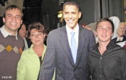 Tim Zajontz, Susanne Widmaier und Sascha Binder (rechts) gratulierten (dem Pappkameraden) Obama. FOTO: SPD