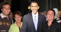 Die Göppinger Sozialdemokraten Tim Zajontz, Susanne Widmaier und Sascha Binder (v.l.) mit dem Papp-Obama. FOTO: SPD